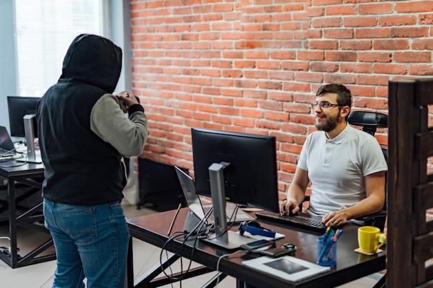 Équipe commerciale travaillant dans un bureau moderne.