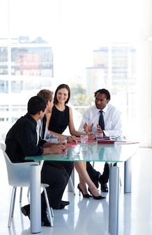 Équipe commerciale travaillant ensemble au bureau avec copyspace