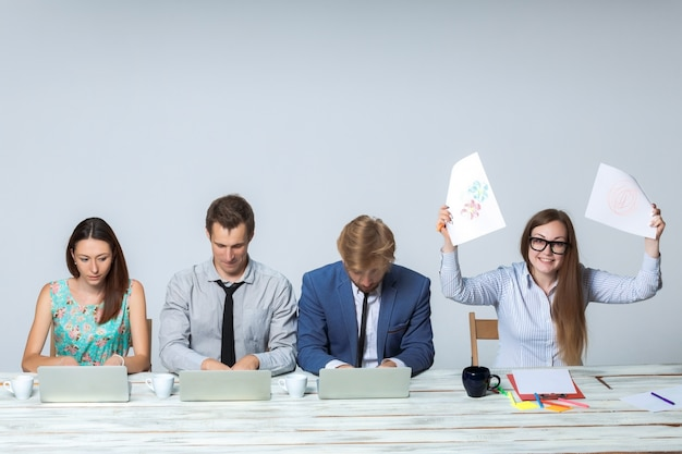 Équipe commerciale travaillant ensemble sur leur projet d'entreprise au bureau