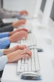 Équipe commerciale travaillant sur des ordinateurs