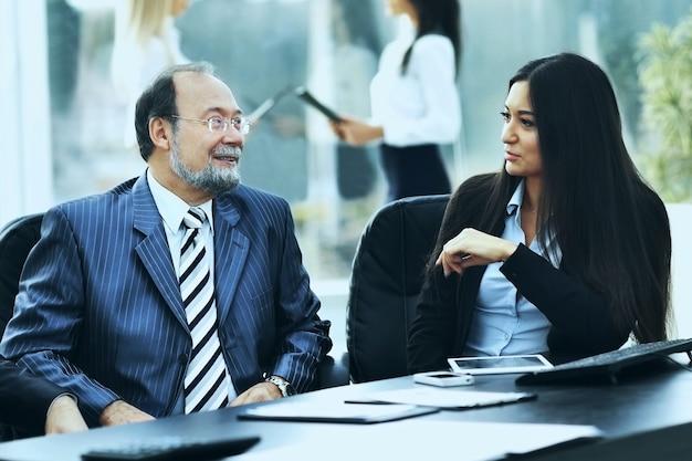 L'équipe commerciale travaille avec les documents financiers au bureau