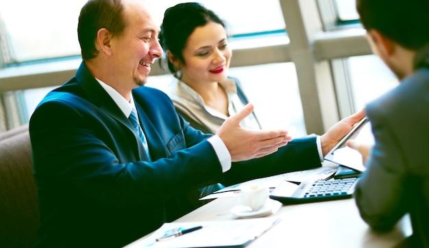 L'équipe commerciale travaille ensemble pour obtenir de meilleurs résultats