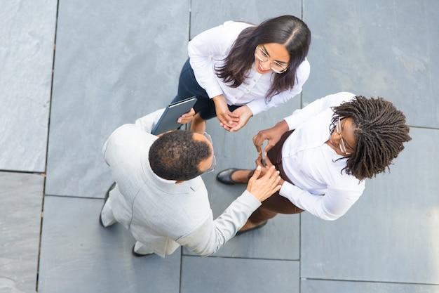 Équipe commerciale unie discutant de stratégie