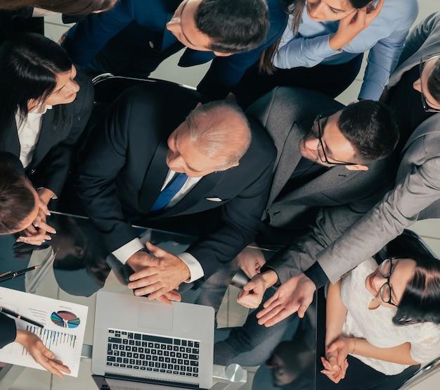 Équipe commerciale vue de dessus applaudissant sur le lieu de travail