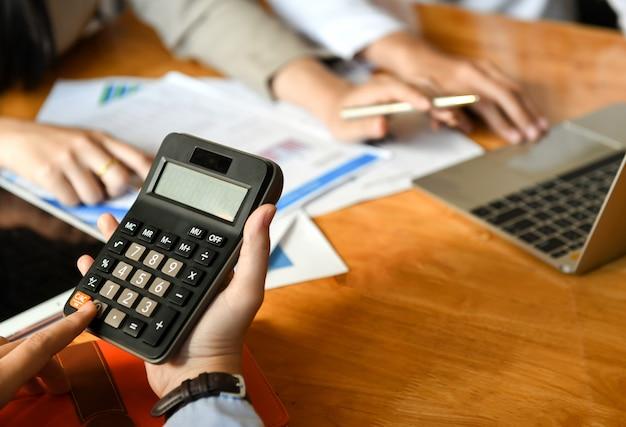 L'équipe de comptabilité utilise la calculatrice au bureau.