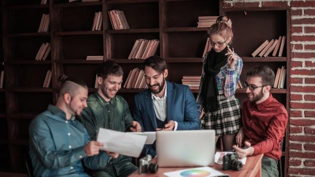 L'équipe de conception discute d'un nouveau projet publicitaire dans un bureau moderne