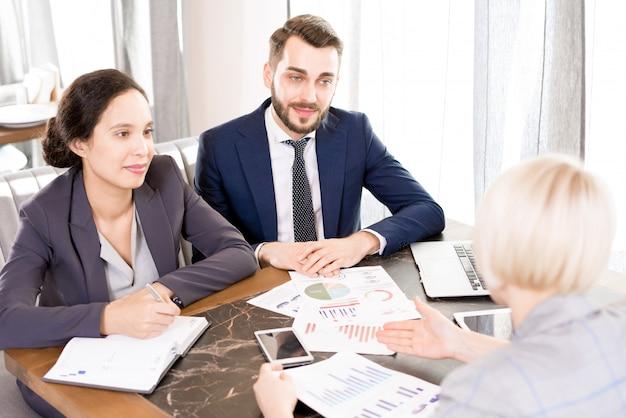 Équipe de conseillers financiers rencontrant le client