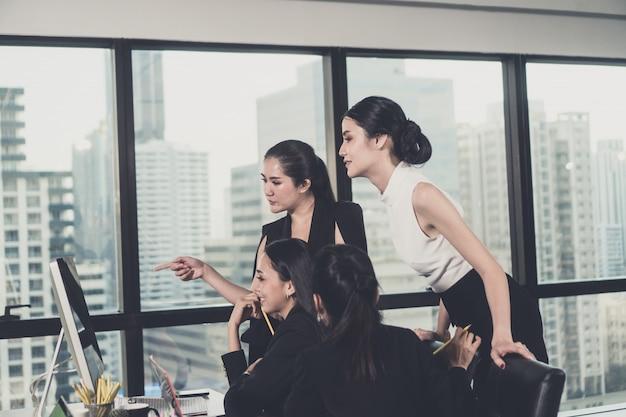 Équipe de consultation des entreprises pour le succès marketing