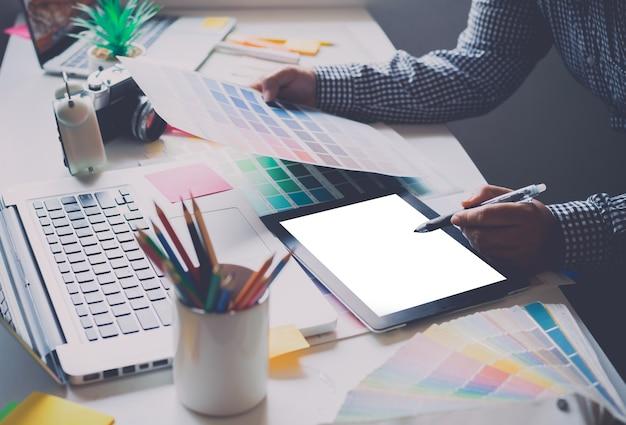 L'équipe de création du graphiste travaille actuellement sur le design et la sélection des couleurs sur la couleur guide pour le design publicitaire.