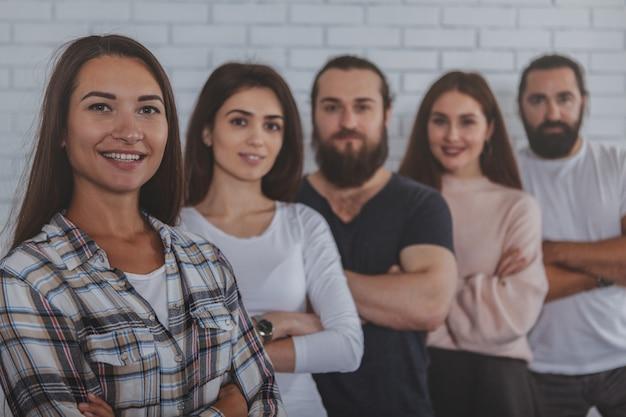 Équipe de création d'entreprise réussie, souriant à la caméra
