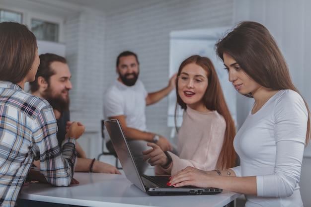 Équipe de création d'entreprise travaillant au bureau ensemble