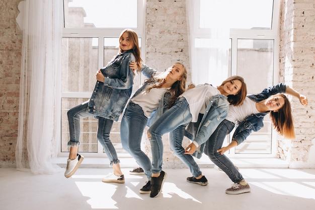 Équipe de danseurs en studio