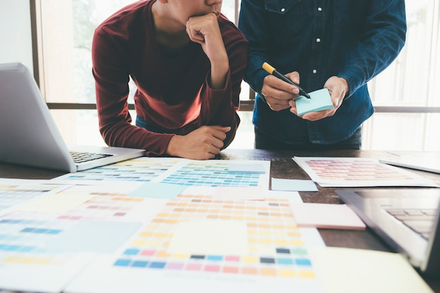 Équipe de designer créatif travaillant au bureau.