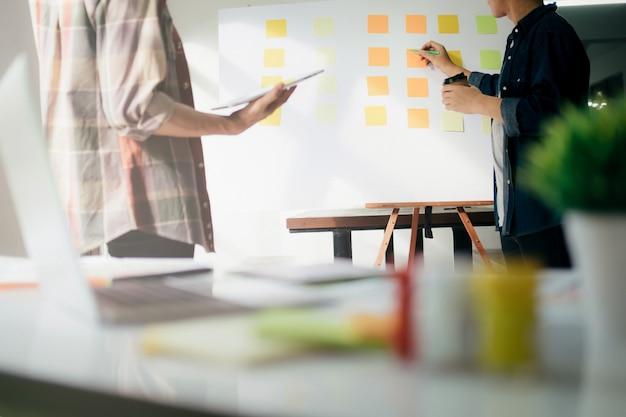 Équipe de designer travaillant au bureau.
