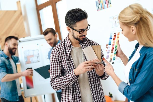 Équipe de designers architectes regardant les couleurs.