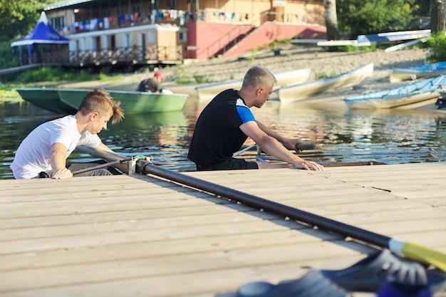 Équipe de deux adolescents faisant du kayak sur la rivière. mode de vie actif des jeunes, sports nautiques, kayak, canot