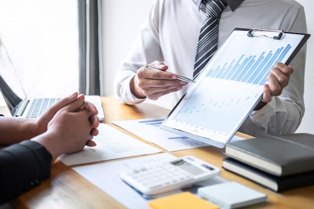 Équipe de direction composée de professionnels travaillant à la planification d'un projet d'investissement et à la stratégie de leur entreprise, conversation avec un partenaire et consultation de la collaboration