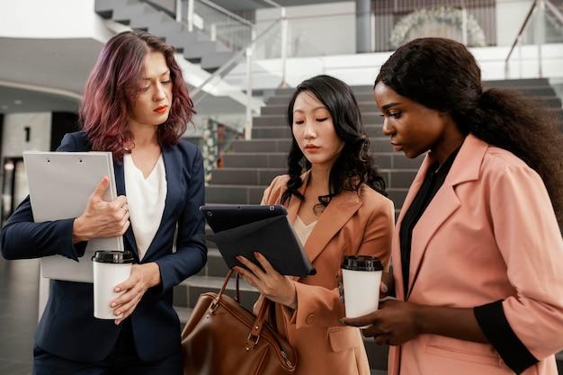Équipe dirigeante femme coup moyen