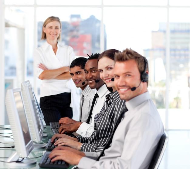 Une équipe dirigeante rayonnante leader dans un centre d'appels