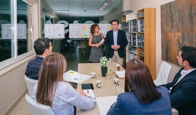 Équipe de dirigeants ayant rencontré des collègues sur la stratégie commerciale au siège