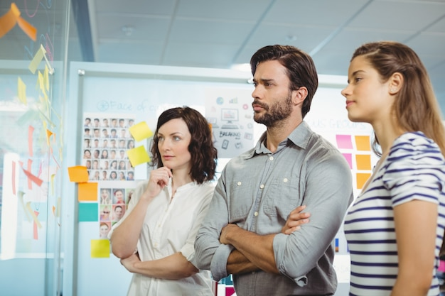 Équipe de dirigeants d'entreprise à la recherche de post-it