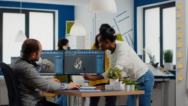 Équipe diversifiée d'ingénieurs travaillant sur ordinateur à la conception de pièces mécaniques