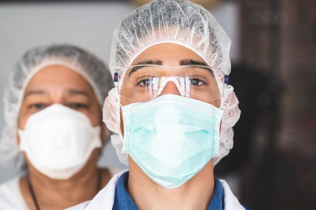 Équipe de docteur regardant la caméra à l'hôpital.