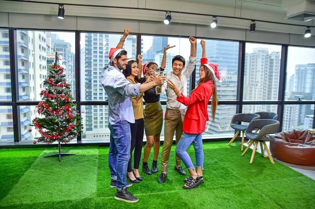 L'équipe du bureau d'affaires fête noël bonne année