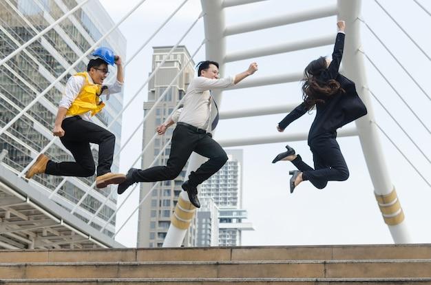 Équipe du groupe d'architectes sautant avec avec le moment heureux.