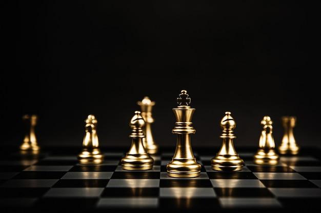 Équipe d'échecs debout sur l'échiquier.