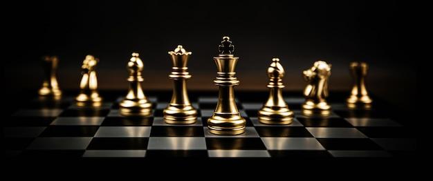 Équipe d'échecs en gros plan sur le plateau.