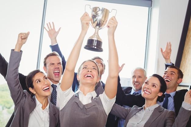 Équipe d'entreprise gagnante avec un trophée
