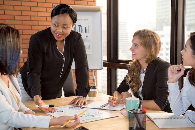Équipe de femme d'affaires à la réunion