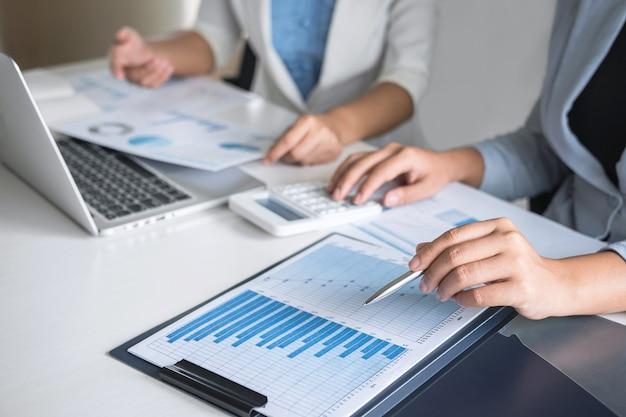 Une équipe de femmes d'affaires en réunion de réflexion sur la planification d'un projet d'investissement pour la planification de conférences et sur la stratégie d'une entreprise permettant une conversation avec un partenaire, des informations financières et comptables