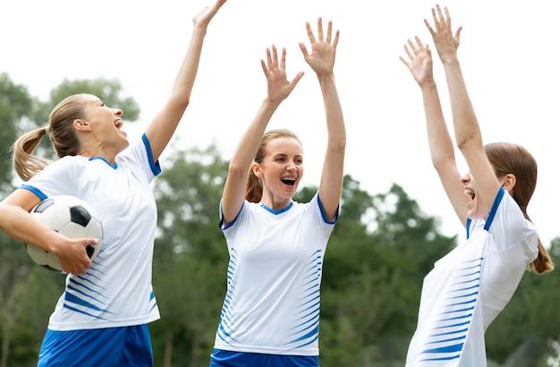 Équipe de femmes heureuses de tir moyen