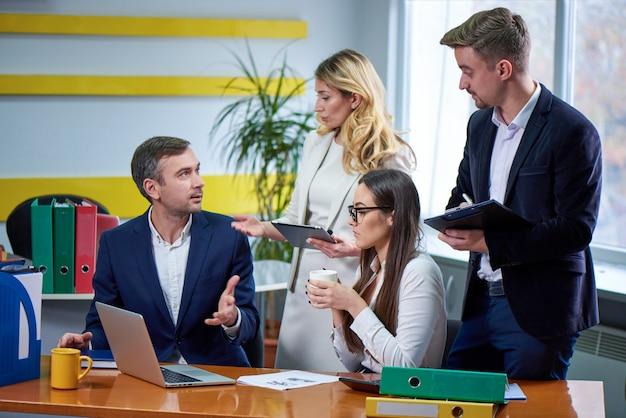 Équipe de femmes et d'hommes à la table de réunion