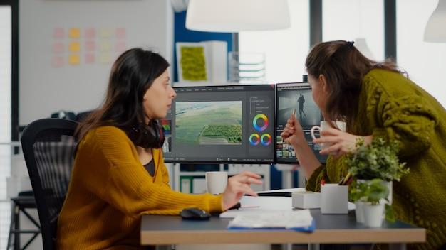 Équipe de femmes vidéastes travaillant avec des logiciels de post-production modernes dans des compa...