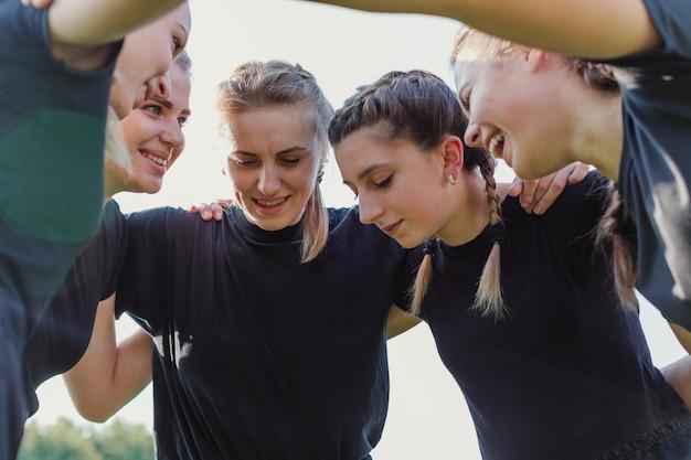 Équipe de football féminin se rassemblant