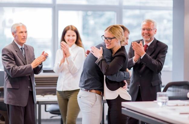 Équipe de gens d'affaires applaudissant réalisation