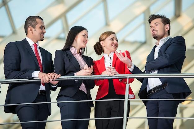 Équipe de gens d'affaires internationaux prospères.