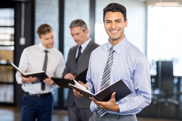 Équipe de gestion avec document et organisateur au bureau
