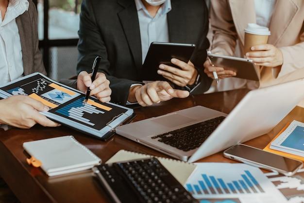 L'équipe des gestionnaires de comptes de réunion d'affaires travaille sur la page de recherche sur ordinateur avec un nouveau projet de démarrage. présentation de l'idée, analyse des plans.