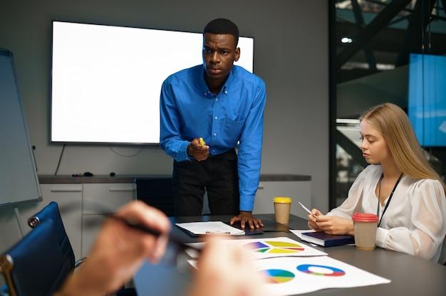 Équipe de gestionnaires, discussion dans le bureau d'affaires informatique. travail d'équipe et planification professionnels, brainstorming de groupe et travail d'entreprise