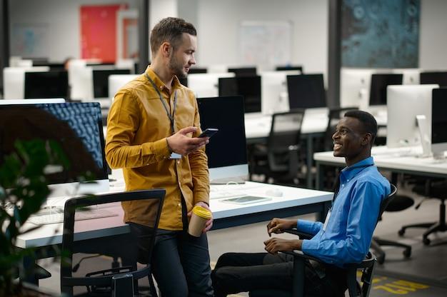 Équipe de gestionnaires sur leur lieu de travail au bureau informatique