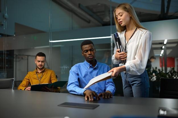 Équipe de gestionnaires, réunion dans le bureau d'affaires informatique