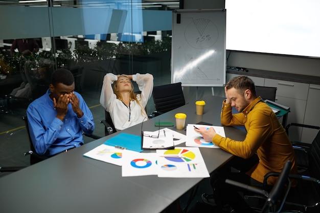 Équipe de gestionnaires à table, conférence au bureau informatique