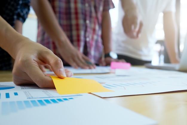 Équipe de graphiste, groupe étudiant, réunion de brainstorming de l'équipe commerciale.