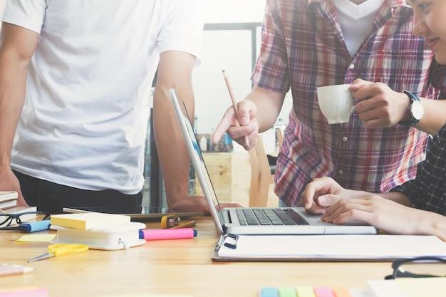 Equipe de graphistes, groupe étudiant, réunion de l'équipe commerciale.