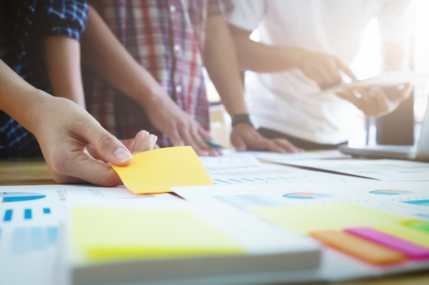 Équipe de graphistes, groupe étudiant, réunion de remue-méninges de l'équipe commerciale.