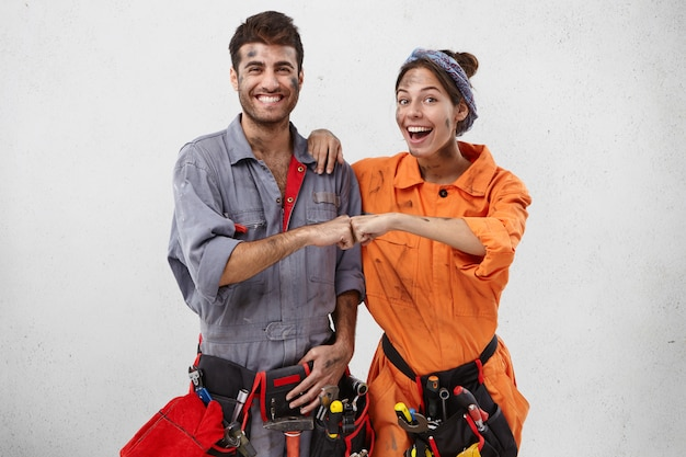 Une équipe heureuse de travailleurs de service se réjouit du travail de finition réussi
